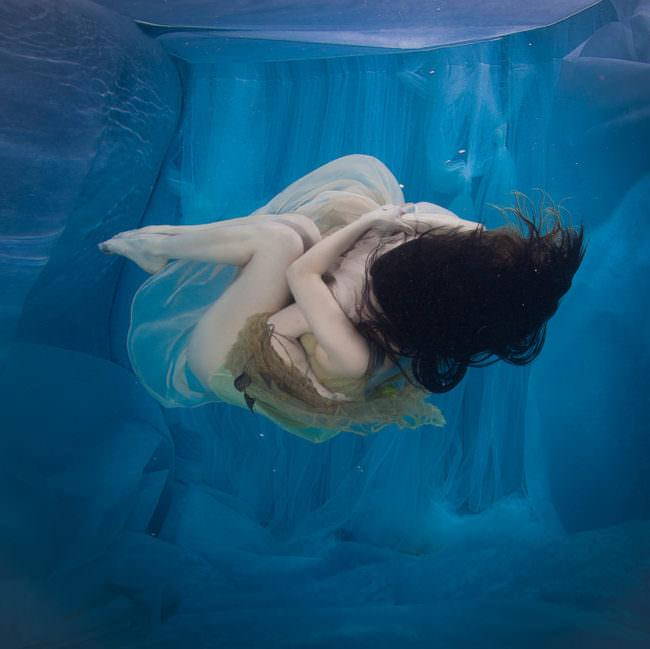Frau in schwerelosem Blau