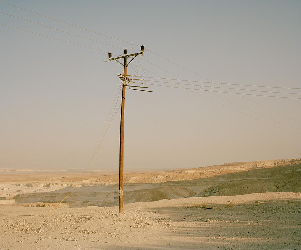 Strommast in einer Wüstenlandschaft