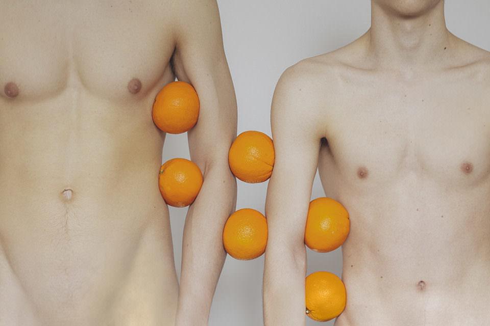 Abstrakter Männerakt mit Orangen