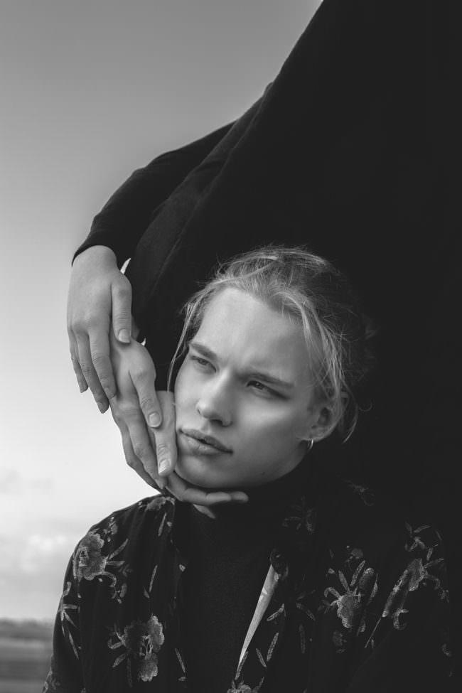 Männerportrait mit Händen