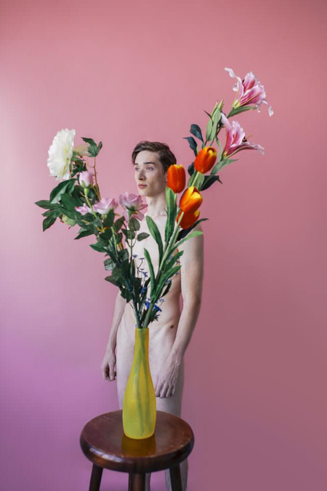 Männerakt vor Blumen
