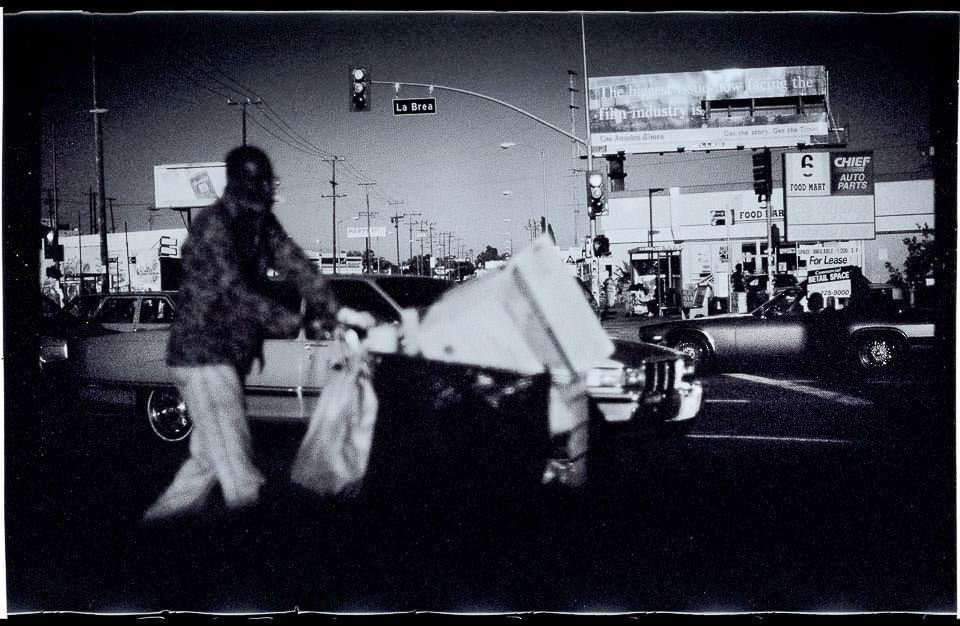 Ein Mann schiebt etwas über eine Straße