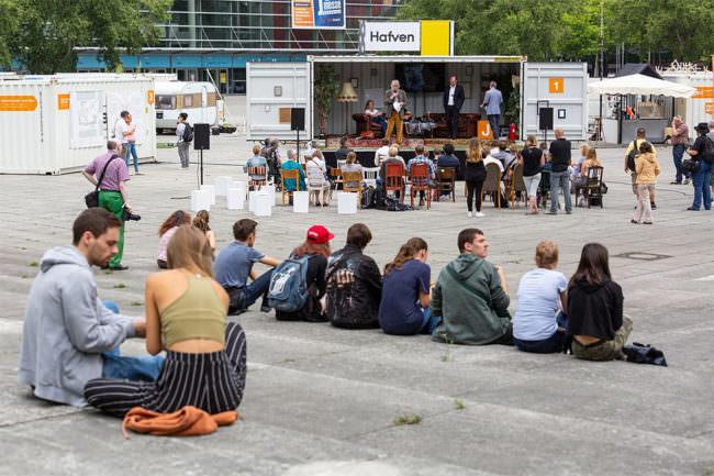 Eine kleine Bühne mit Publikum