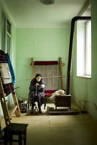 Frau arbeitet mit Wolle