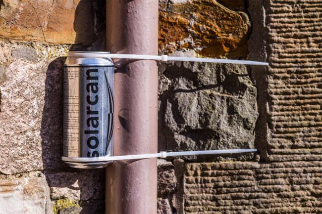 solarcan mit Kabelbindern befestigt an einem Rohr