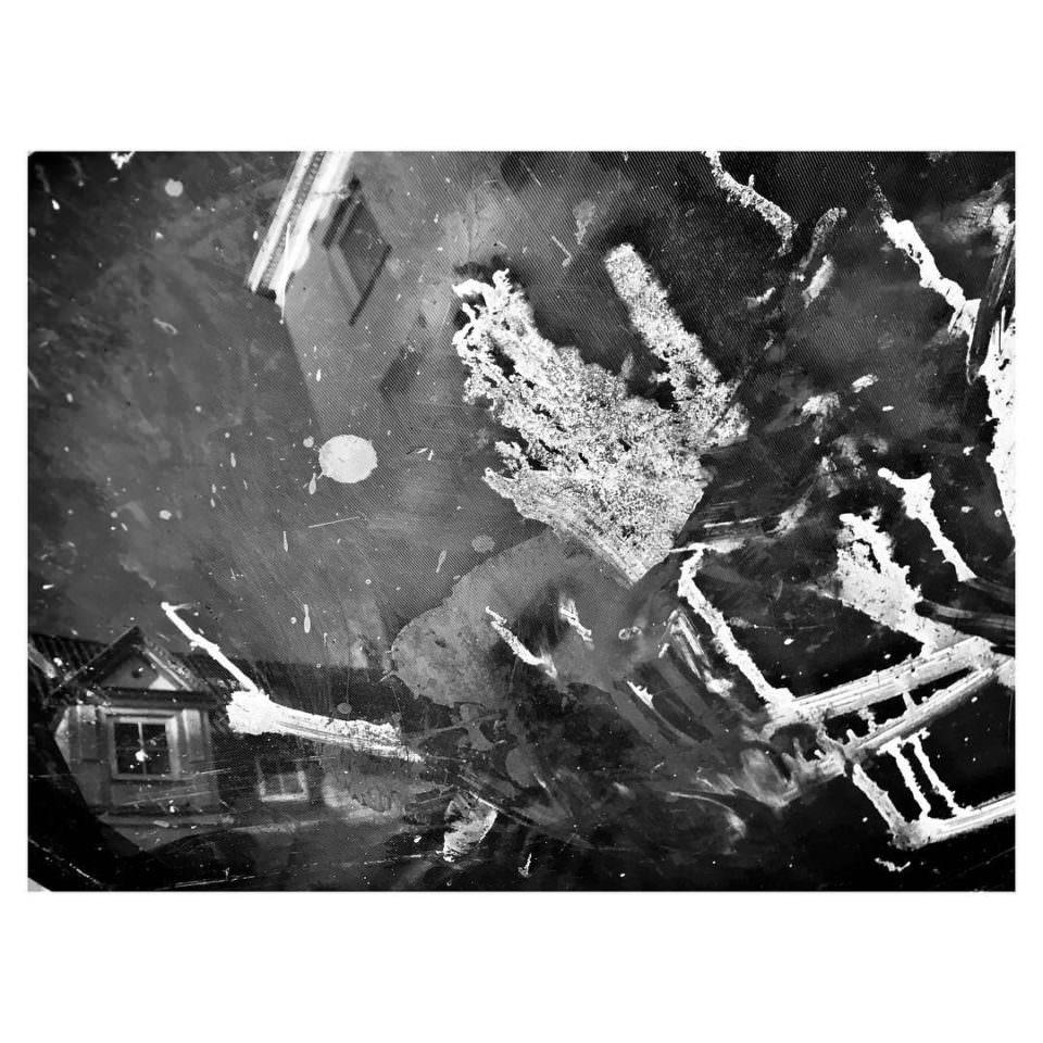 Abstraktes Chaos mit erkennbaren Hausteilen.