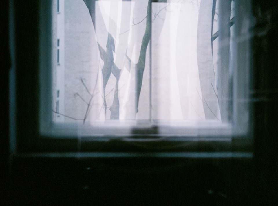Weißer Vorhang, durch den Licht fällt.
