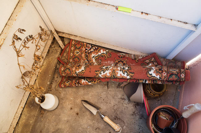 Teppich und Gerümpel in Bodenecke