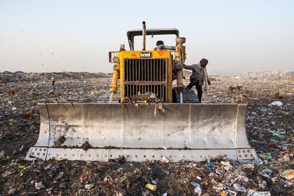 Schaufelbagger auf einer Müllhalde
