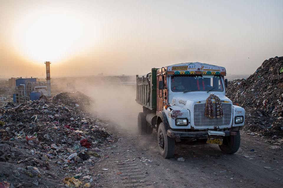 Laster auf einer Müllhalde