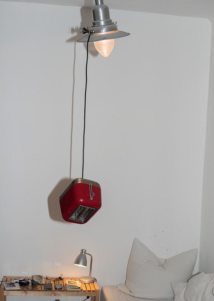 Toaster, der an einer Lampe hängt.