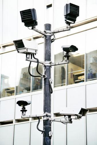 Viele Überwachungskameras an einem Pfahl.