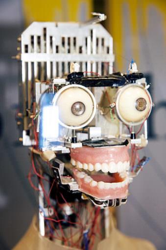 Roboterkopf mit Augen und Mund.