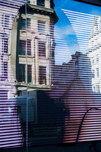 Spiegelung einer Frau mit Haus.