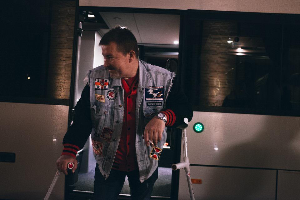 Mann steht im Bus
