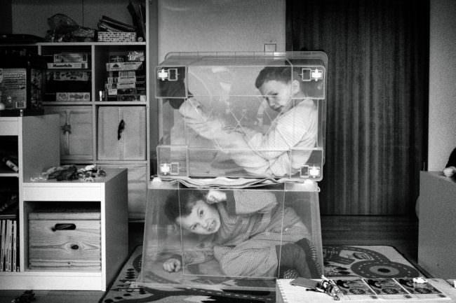 Zwei Kinder spielen mit Kisten