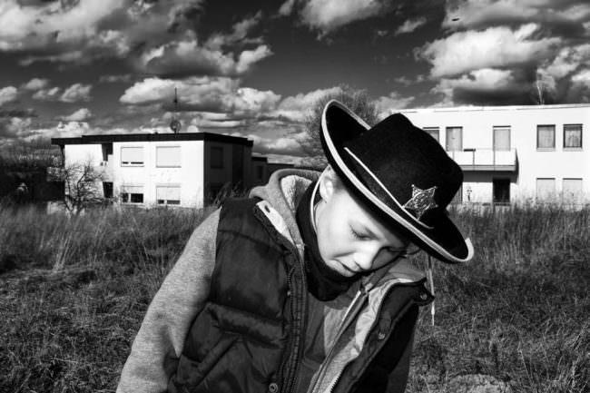 Junge mit Sheriffhut