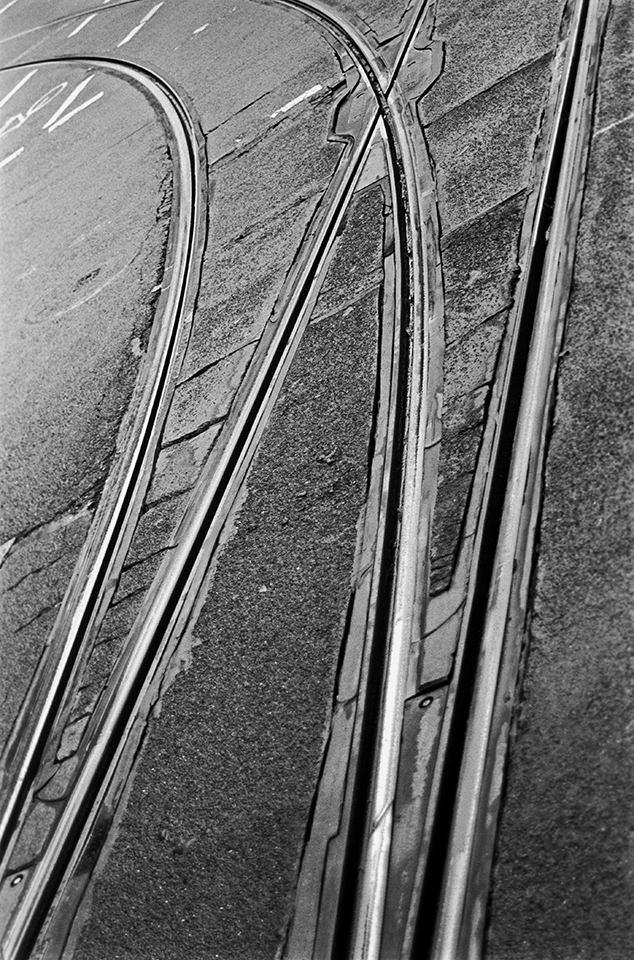 Gleise auf Straße.