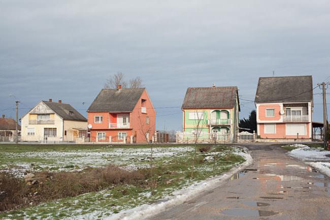Straßenansicht mit ländlichen Häusern