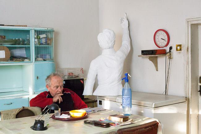 Person in Innenraum mit Oberkörper Figur.