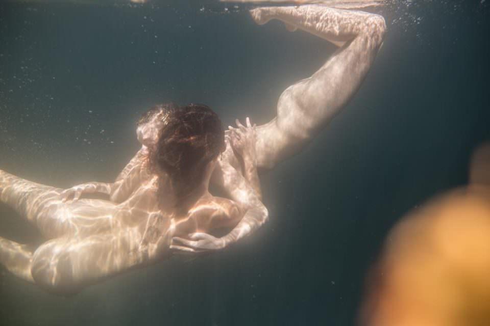 Zwei nackte Menschen Unterwasser