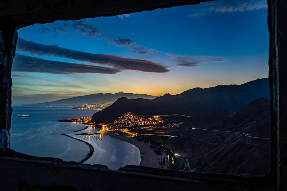 Ausblick aus einem Fenster auf einen Sonnenuntergang