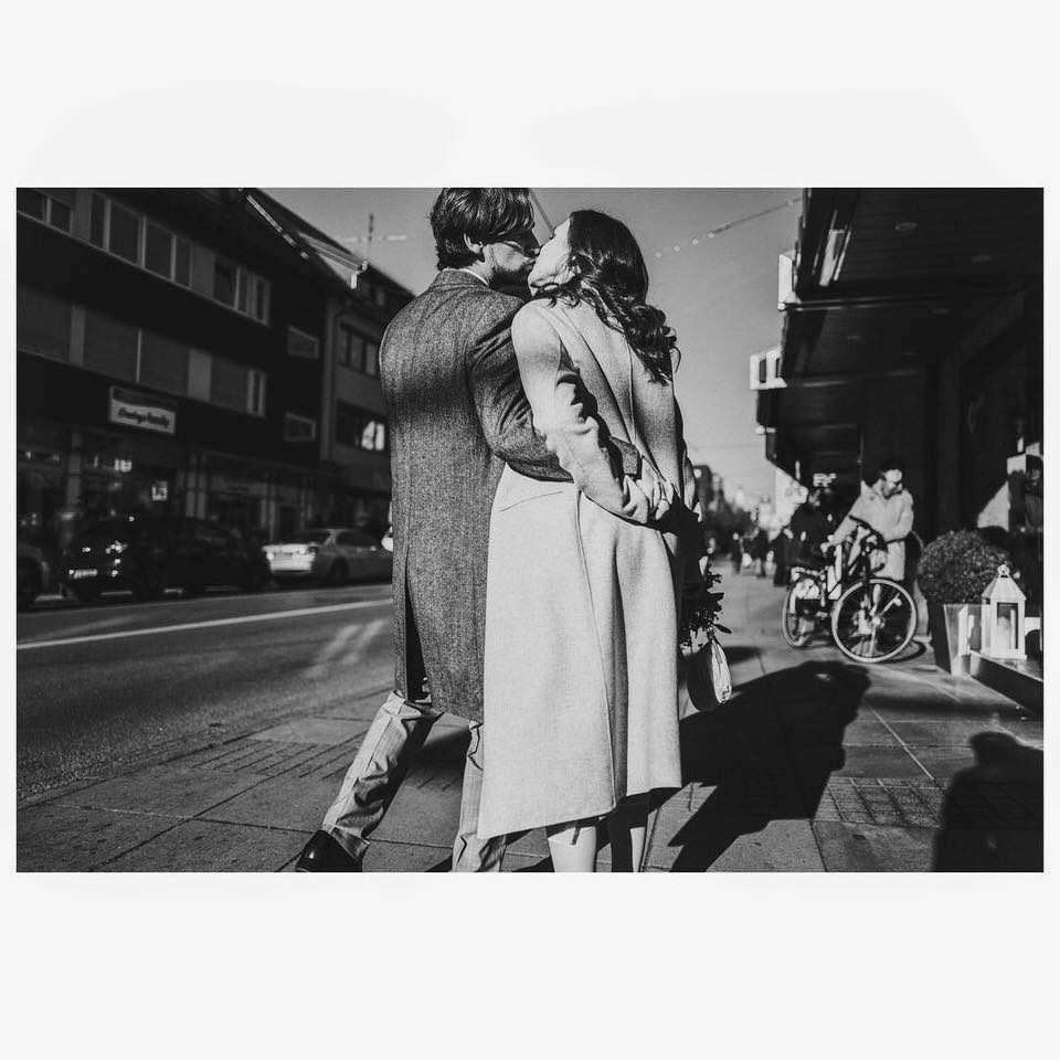 Pärchen küsst sich auf der Straße