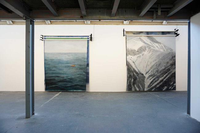 Raum mit zwei Studiohintergründen die Landschaften zeigen.