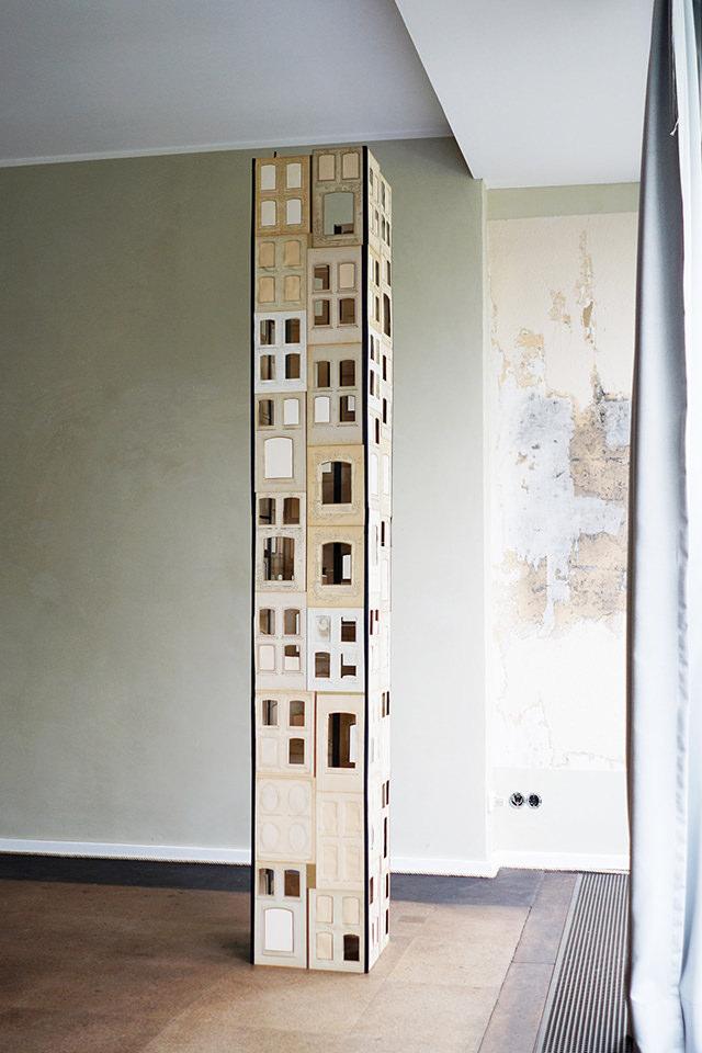 Turm aus Fotoalbumseiten
