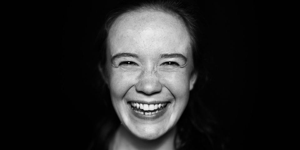 Portrait einer jungen, lachenden Frau.