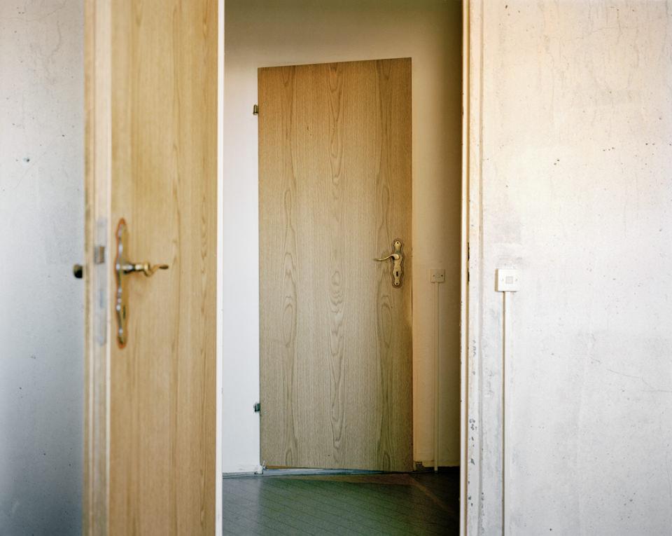 Blick durch eine Holztür auf eine Holztür.