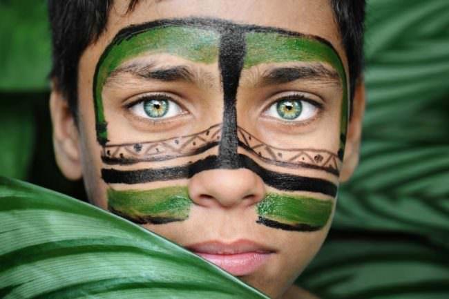 Junge mit Gesichtsbemalungen