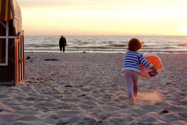 Strandansicht mit ballspielendem Kind