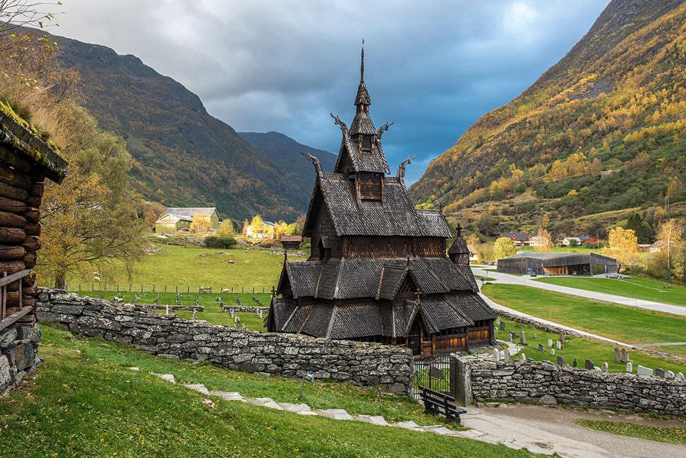 Kirche in einer grünen Landschaft