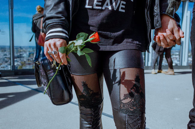 Frau mit Rose in der Hand