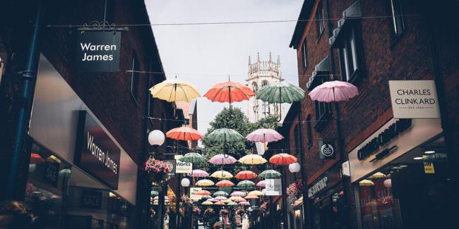 Schirme über einer Straße