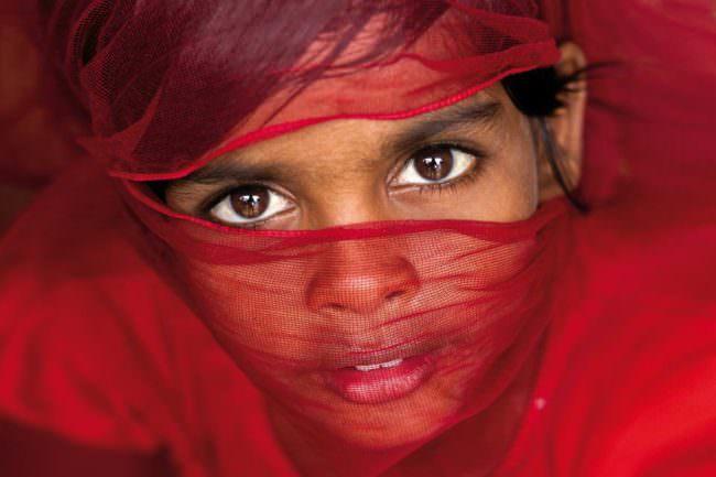 Kind mit Tüchern vor dem Gesicht