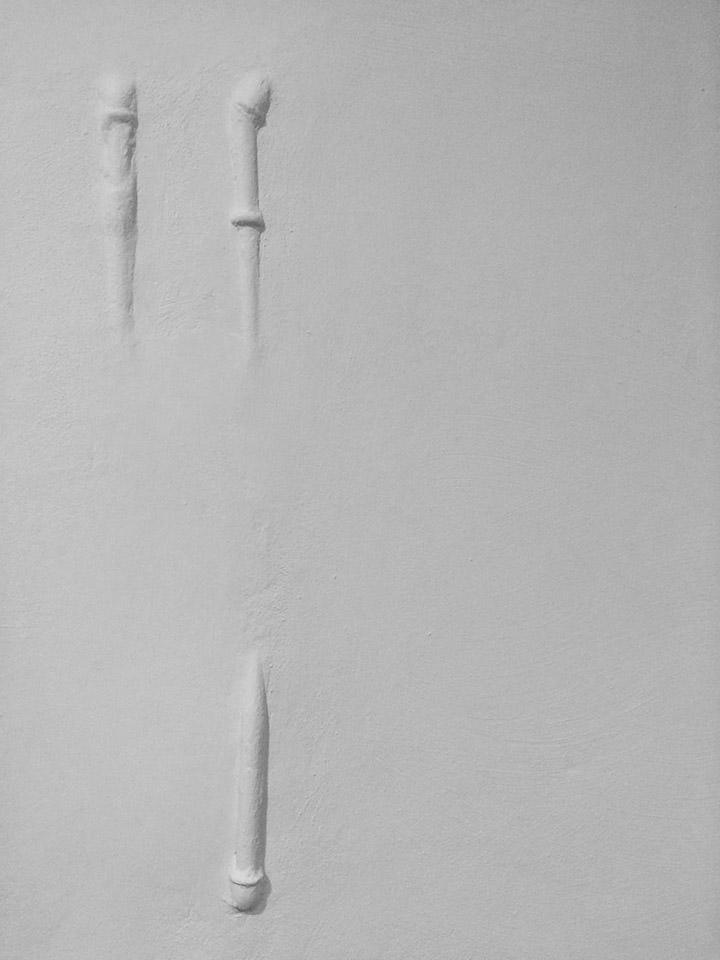 Abdrücke von Rohren in weiß