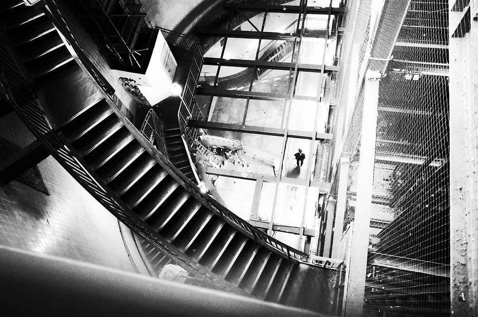 Treppen- und Stahlkonstruktion mit Person.
