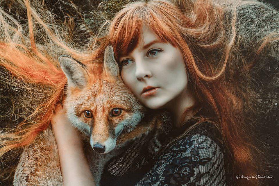 roothaarige Frau mit rotem Fuchs