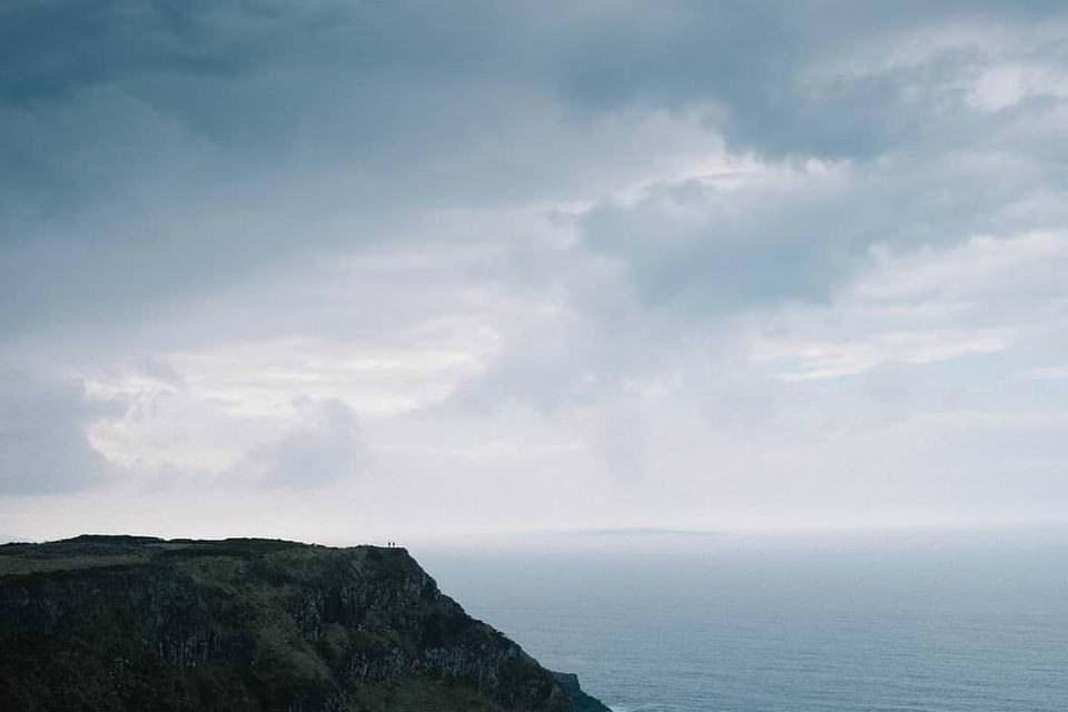 Klippe vor Wolken und Wasser