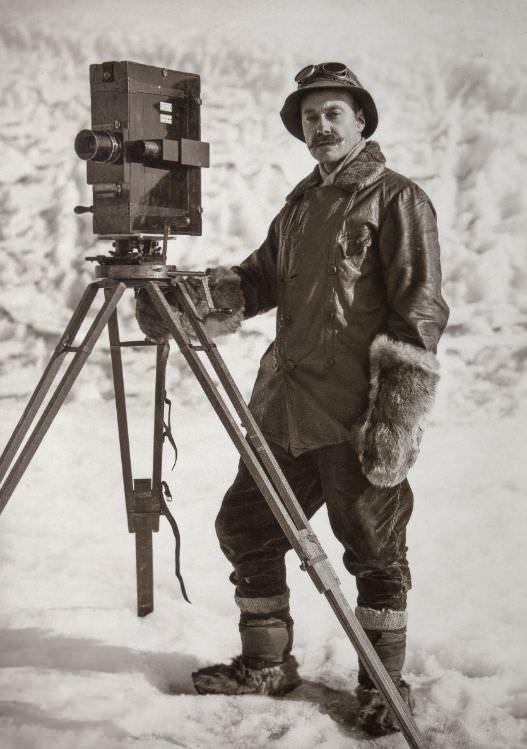 Mann mit alter Kamera