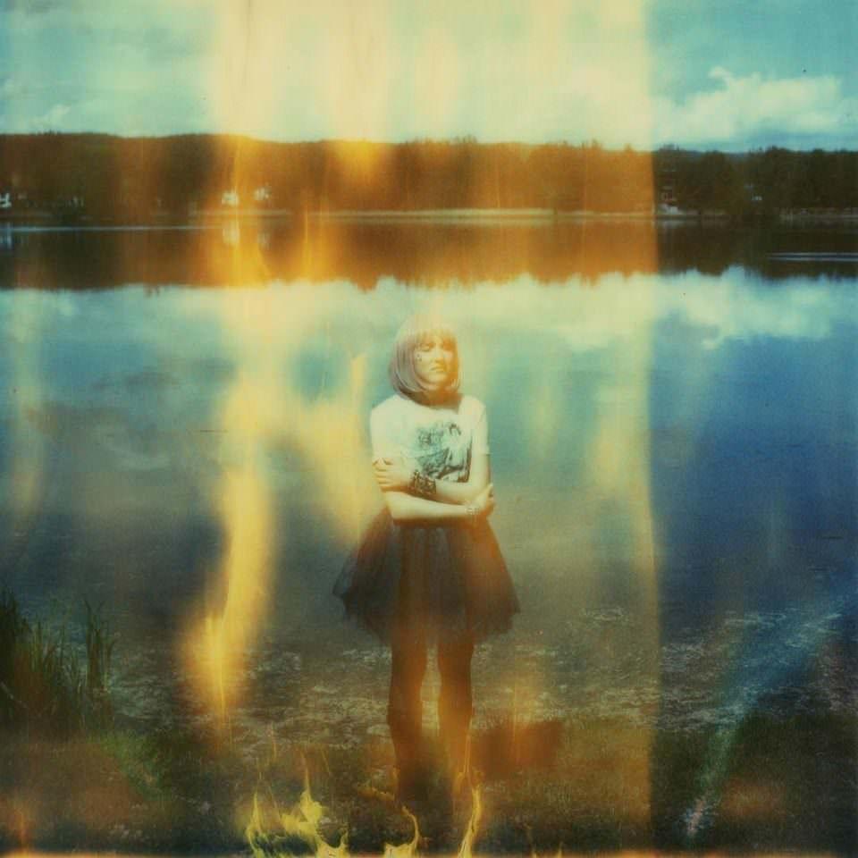Portrait einer Frau vor einem See
