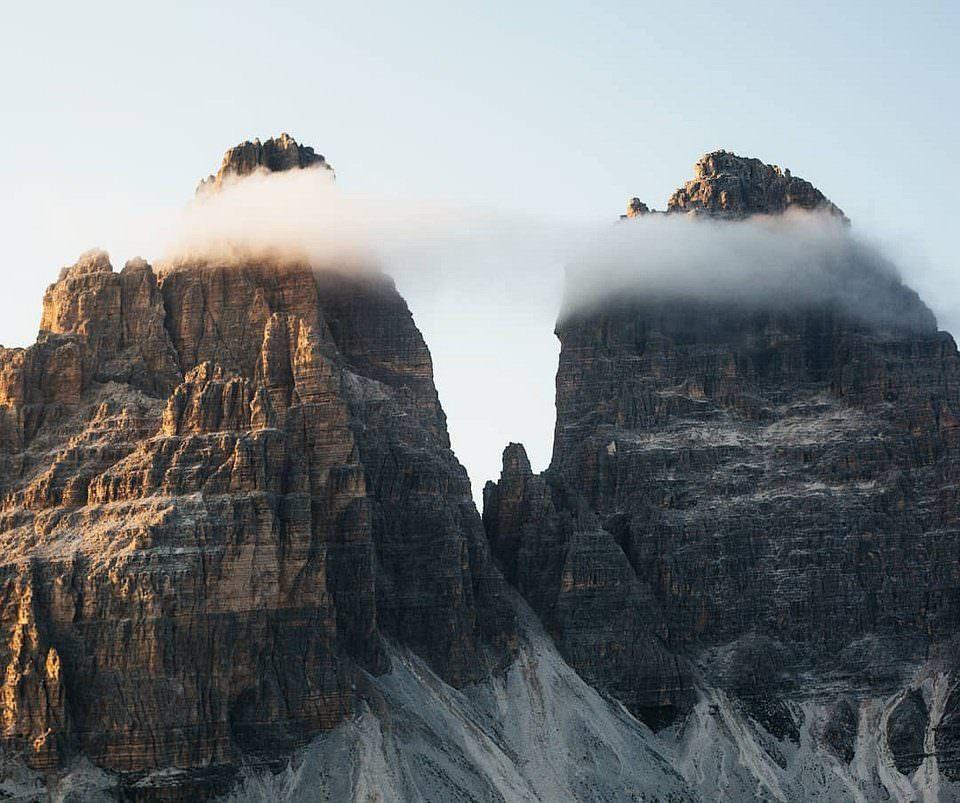zwei Berggipfel in Wolken
