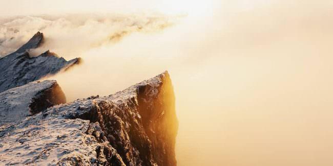 Berggifel in goldenen Wolken