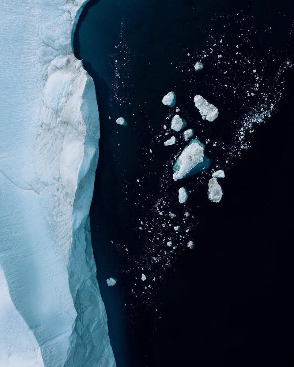Eisbrocken treiben im Wasser