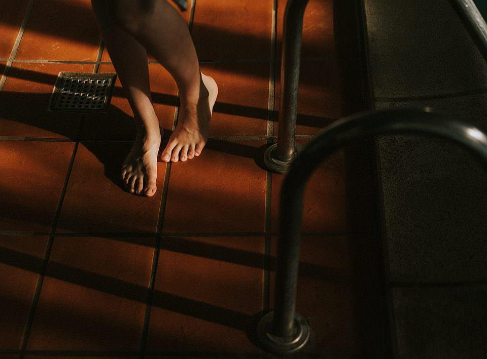 nacktes Paar Füße an einem Beckenrand