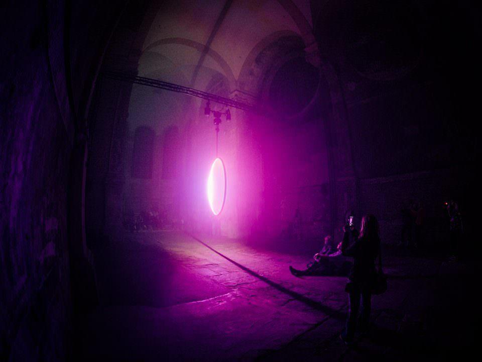 Installation mit pinkem Licht