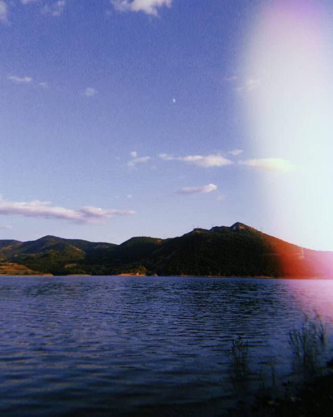 Seelandschaft mit Bergen