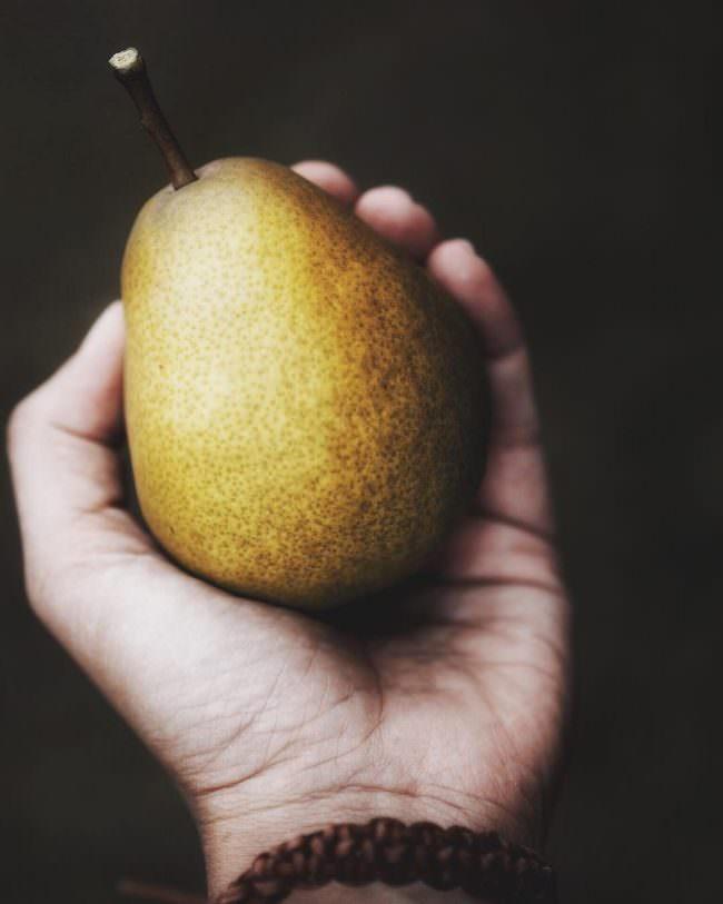 Hand hält eine Birne